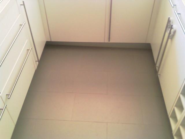 Como poner suelo cmo colocar suelo cermico paso precio - Cambiar suelo cocina sin quitar muebles ...