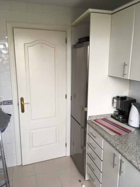 Mover nevera y muebles en cocina for Alicatar cocina detras muebles